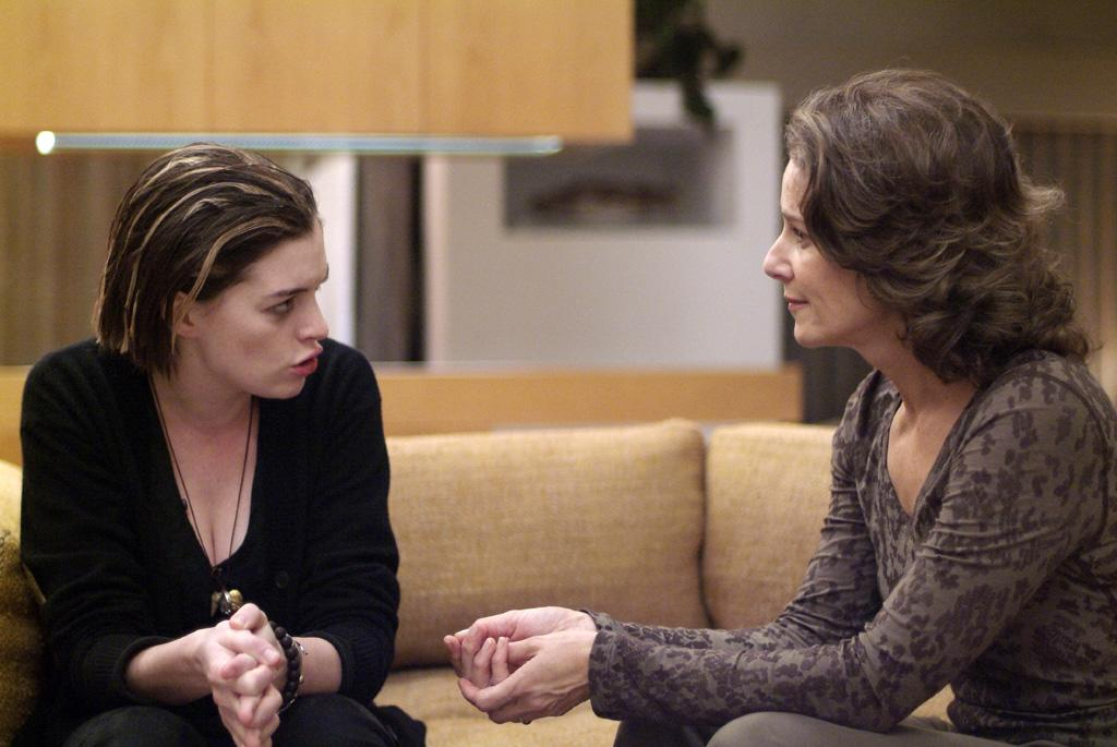 """<a href=""""http://movies.yahoo.com/movie/contributor/1804705919"""">Anne Hathaway</a> and <a href=""""http://movies.yahoo.com/movie/contributor/1800035227"""">Debra Winger</a> in Sony Pictures Classics' <a href=""""http://movies.yahoo.com/movie/1809961213/info"""">Rachel Getting Married</a> - 2008"""