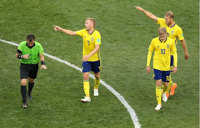 Soccer Football - World Cup - Group F - Sweden vs South Korea - Nizhny Novgorod Stadium, Nizhny Novgorod, Russia - June 18, 2018 Sweden's Sebastian Larsson, Emil Forsberg and Ola Toivonen gesture next to referee Joel Aguilar REUTERS/Lucy Nicholson