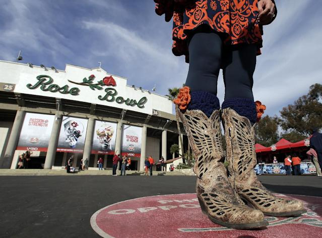 A fan gets her pictures taken outside the Rose Bowl before the NCAA BCS National Championship college football game between Auburn and Florida State Monday, Jan. 6, 2014, in Pasadena, Calif. (AP Photo/Chris Carlson)