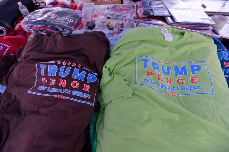 Trump merchandise is solMercancía de la campaña de reelección de Donald Trump y Mike Pence, una forma de hacerse de recursos de campaña y promover su filiación y propaganda. (AFP) d at a roadside shop outside the Democratic Party's 61st Annual McIntyre-Shaheen 100 Club dinner at the SNHU arena in Manchester, New Hampshire on February 8, 2020. - In the tiny state of New Hampshire, presidential hopefuls seeking to secure votes hold multiple campaign events in small-scale venues ahead of the primary, giving a much-welcome economic boost to local businesses turned into political pit-stops. (Photo by Joseph Prezioso / AFP) (Photo by JOSEPH PREZIOSO/AFP via Getty Images)