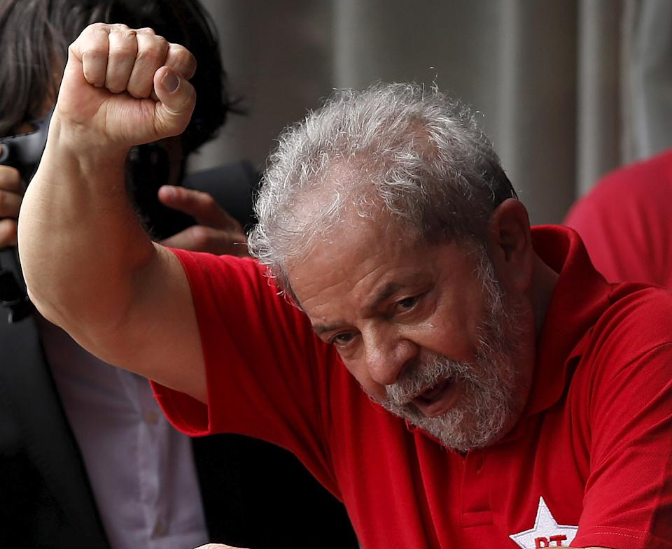 Former Brazilian President Luiz Inacio Lula da Silva waves to the crowd from his home in Sao Bernardo do Campo, Brazil, March 5, 2016. REUTERS/Paulo Whitaker      TPX IMAGES OF THE DAY