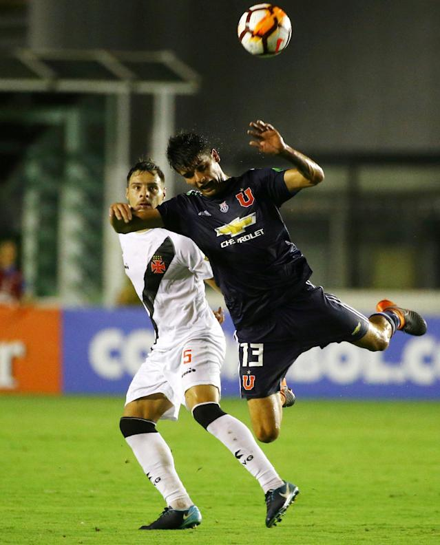 REFILE - CORRECTING TYPO FOR SECOND REFERENCE OF BRAZILIAN CLUB Soccer Football - Brazil's Vasco da Gama v Chile's Universidad de Chile - Copa Libertadores - Sao Januario Stadium, Rio de Janeiro, Brazil - March 13, 2018. Angelo Araos (13) of Universidad de Chile in action against Leandro Desabato of Vasco da Gama. REUTERS/Pilar Olivares