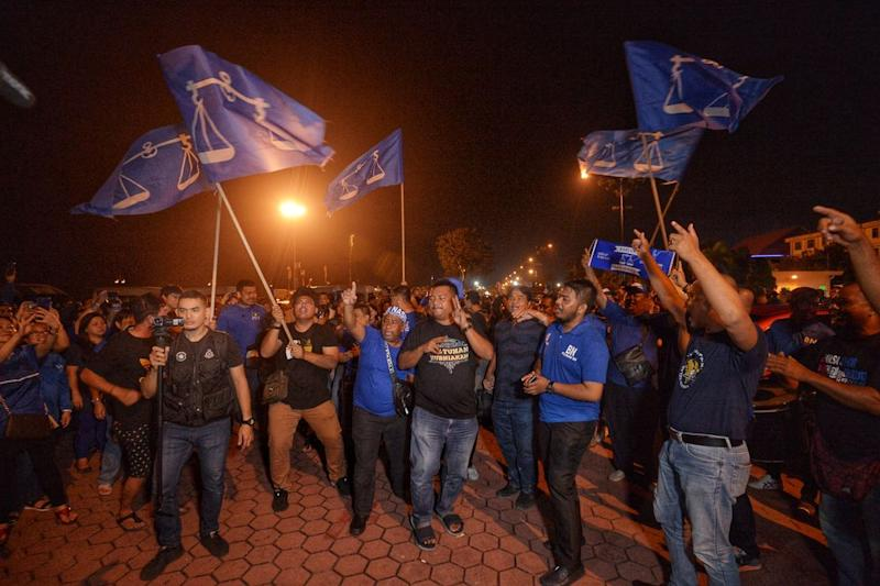 Supporters of BN's Datuk Seri Wee Jeck Seng celebrate after winning the Tanjung Piai by-election, November 16, 2016. — Picture by Shafwan Zaidon
