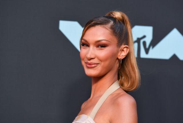 US supermodel Bella Hadid showed off the results of her new caramel-blond highlights to perfection, with a makeup look that centered on glowing bronze and neutral hues