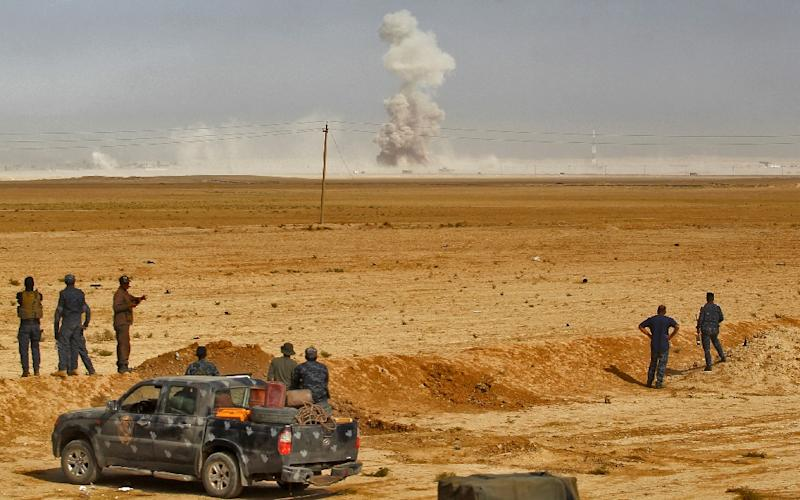 Smoke billows as Iraqi forces hold a position on October 17, 2016 in the area of al-Shurah, south of Mosul, while advancing towards the city to retake it from the Islamic State group jihadists (AFP Photo/Ahmad Al-Rubaye)