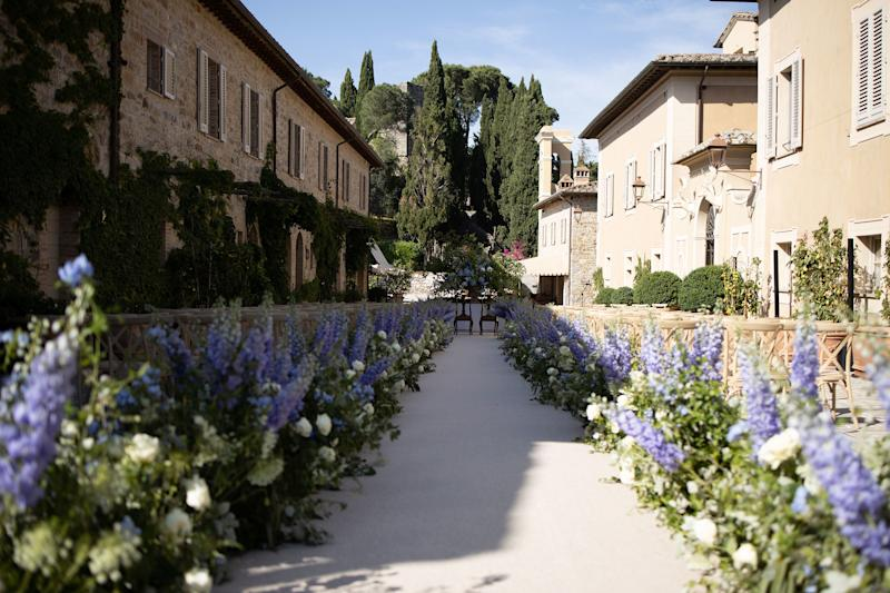 The morning of the wedding, international event planner extraordinaire Alex Fitzgibbons of Fait Accompli jumped into action bright and early and oversaw the assemblage of a dramatic aisle, measuring 262 feet, lined with white roses and purple snapdragons by Tuscany Flowers Florence.