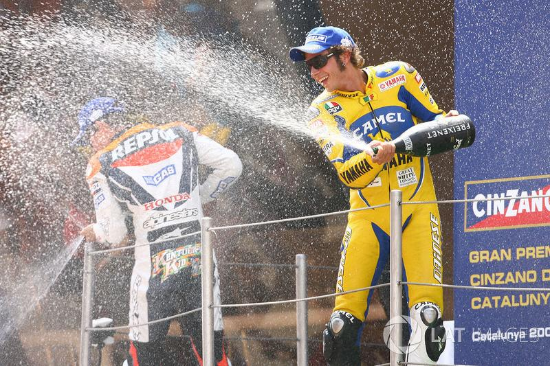 "Podio: 1º Valentino Rossi, 2º Nicky Hayden, 3º Kenny Roberts Jr.<span class=""copyright"">Gold and Goose / Motorsport Images</span>"