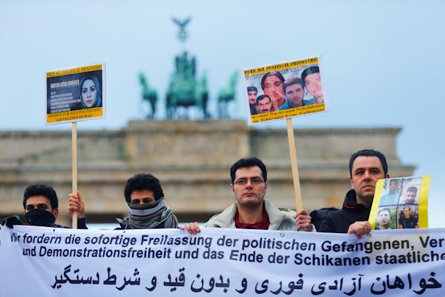 <p>People demonstrate in front of the Brandenburg Gate to support protests across Iran, in Berlin, Germany, Jan. 2, 2018. (Photo: Hannibal Hanschke/Reuters) </p>