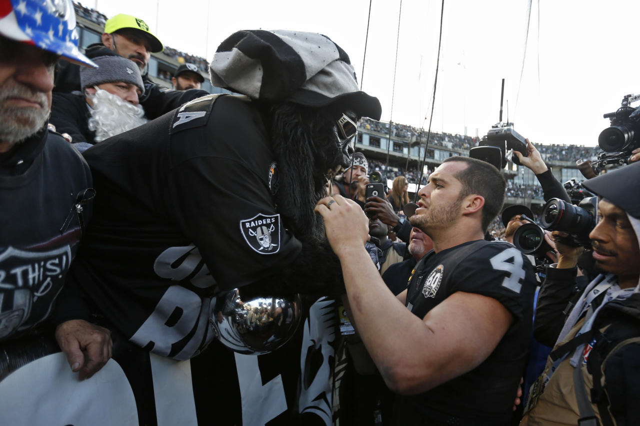 Raiders fans throw garbage, fight with security after ugly final game in Oakland