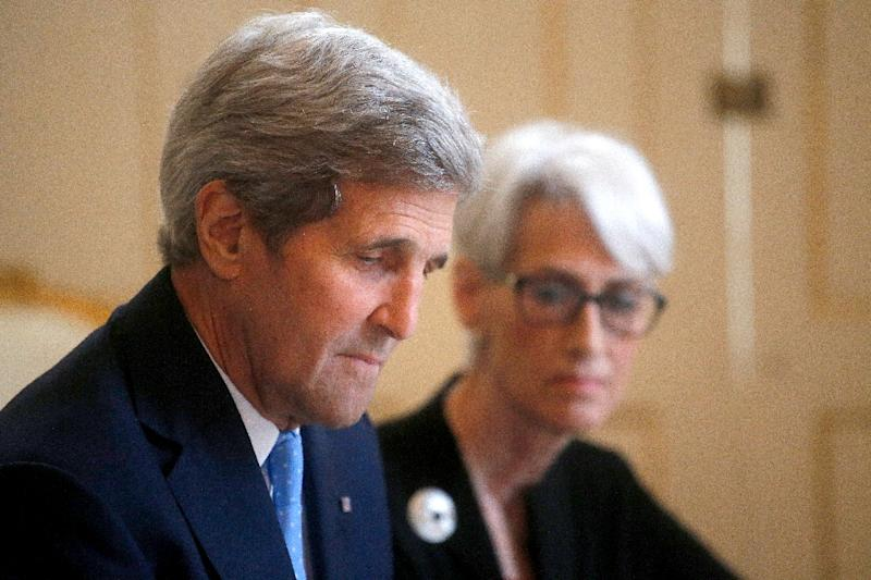 US Secretary of State John Kerry (L) and US Under Secretary for Political Affairs Wendy Sherman attend a discussion on Iran's nuclear policy in Vienna on June 30, 2015 (AFP Photo/Carlos Barria)