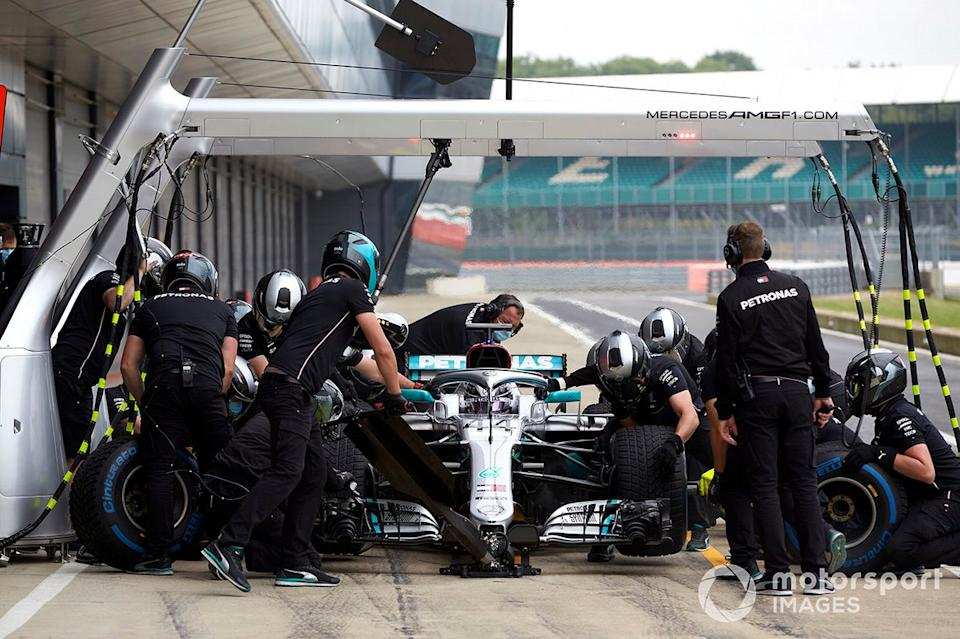 "Lewis Hamilton, en boxes con el Mercedes W09 <span class=""copyright"">Steve Etherington / Motorsport Images</span>"