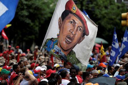 Pro-government supporters holding an image of Venezuela's late President Hugo Chavez attend a march in Caracas, Venezuela August 7, 2017. REUTERS/Ueslei Marcelino