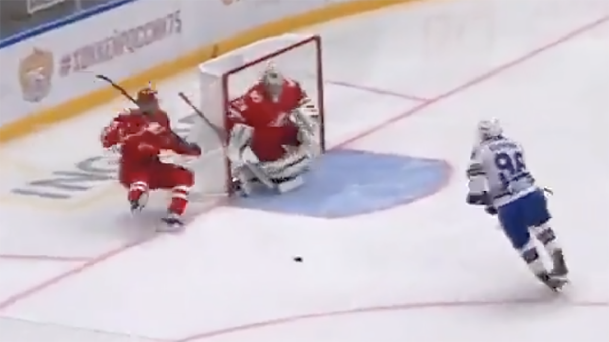 KHL defenceman makes humiliating mistake that leads to costly goal