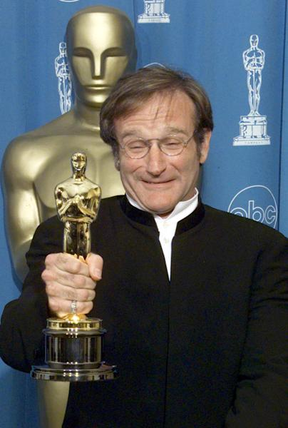 "US actor Robin Williams, winner for Best Supporting Actor in ""Good Will Hunting"", poses for photographers with the Oscar at the 70th Annual Academy Awards at the Shrine Auditorium in Los Angeles (AFP Photo/Hector Mata)"