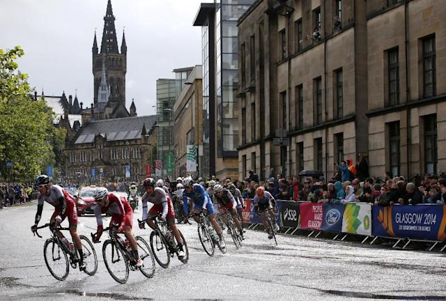 Wales' Geraint Thomas (L) takes a corner during the men's cycling road race during the 2014 Commonwealth Games in Glasgow, Scotland on August 3, 2014 (AFP Photo/Adrian Dennis )