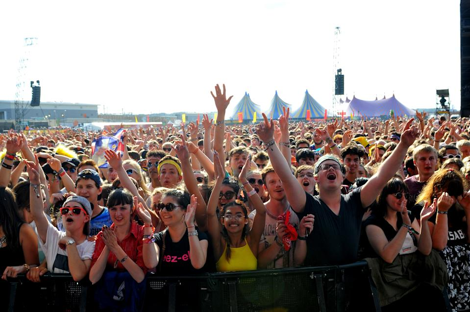 READING, ENGLAND - AUGUST 25:  Crowd scene at the Main Stage during Day 1 of the Reading Festival at Richfield Avenue on August 25, 2017 in Reading, England.  (Photo by C Brandon/Redferns)