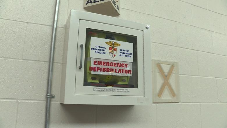 Paramedic calls for more defibrillators after 2 hockey players' lives saved