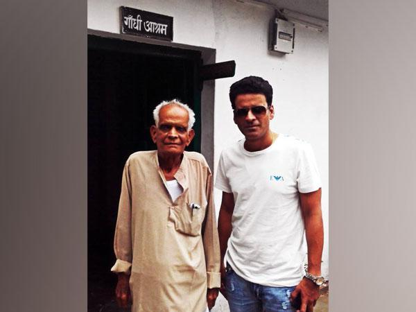 Manoj Bajpayee with his late father (Image source: Twitter