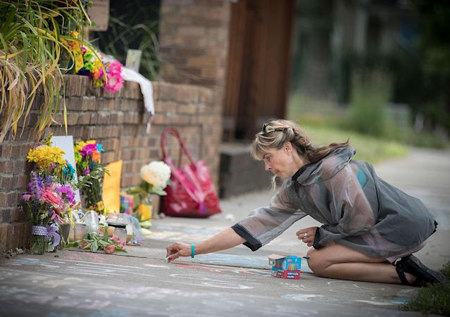 <p>Megan O'Leary, of St. Paul, leaves a message on the sidewalk near the scene where a Minneapolis police officer shot and killed Justine Damond, of Australia, Monday, July 17, 2017, in Minneapolis, Minn.(Photo: Elizabeth Flores/Star Tribune via AP) </p>