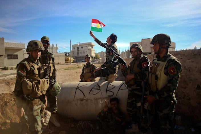 Kurdish Peshmerga fighters pose for a picture during a break in fighting against Islamic State (IS) group on November 8, 2014 in the Syrian besieged border town of Kobane (AFP Photo/Ahmed Deeb)