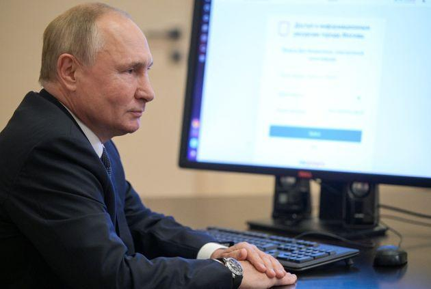 Russian President Vladimir Putin votes online on the first day of the three-day parliamentary election at the Novo-Ogaryovo state residence outside Moscow on September 17, 2021. (Photo by Alexey DRUZHININ / SPUTNIK / AFP) (Photo by ALEXEY DRUZHININ/SPUTNIK/AFP via Getty Images) (Photo: ALEXEY DRUZHININ via Getty Images)