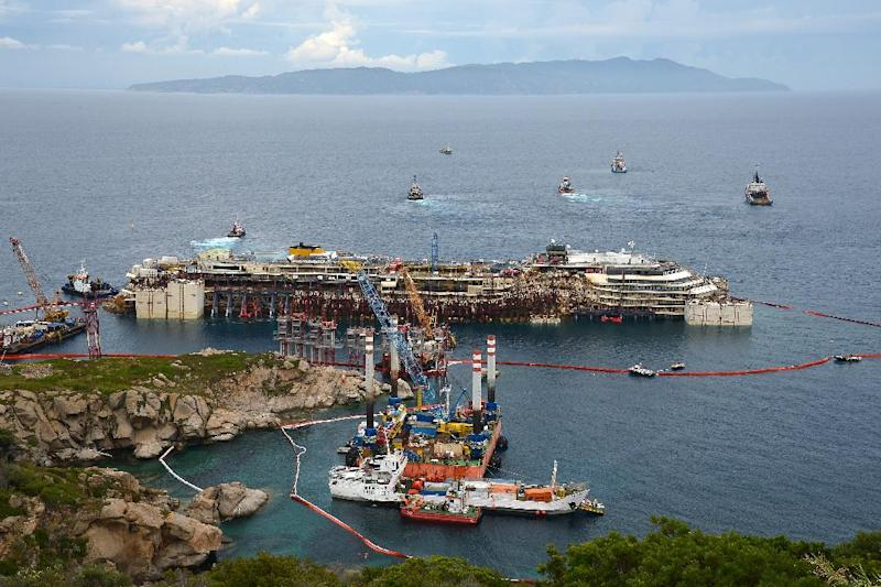 The wreck of the Costa Concordia cruise ship during an operation to refloat the boat on July 14, 2014 off Giglio Island, Italy (AFP Photo/Vincenzo Pinto)