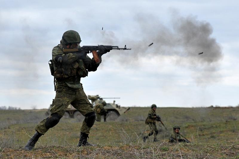 Russian troops take part in a military drill close to the Chechnya border, some 260 km from Stavropol, Russia on March 19, 2015 (AFP Photo/Sergey Venyavsky)