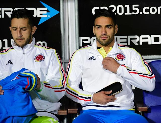 Colombia's forward Radamel Falcao Garcia (R) and goalkeeper Camilo Vargas are seen before the start of the 2015 Copa America football championship quarterfinal match Argentina vs Colombia, in Vina del Mar, Chile on June 26, 2015 (AFP Photo/Luis Acosta)