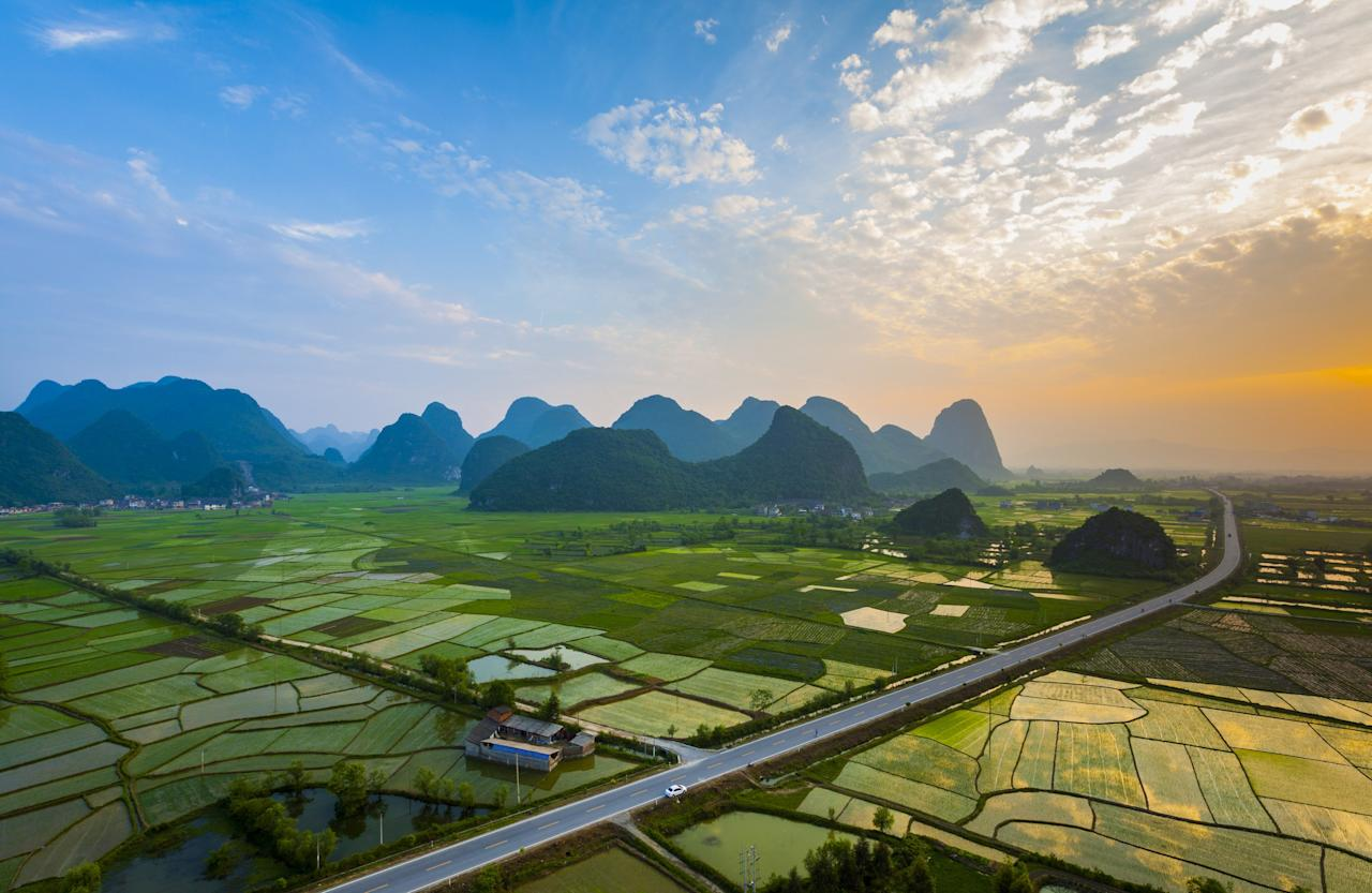 "Guilin, China, known for its specular scenery, can perhaps best (and most conveniently) be viewed from one of several highways that run in and around the locale (including the one pictured, which is <strong>G321</strong>).""/><figcaption>یک بزرگراه تماشایی در گویلین چین که با مناظر اطرافش به تابلوی نقاشی شبیه است<br> </figcaption></figure>    <figure class="