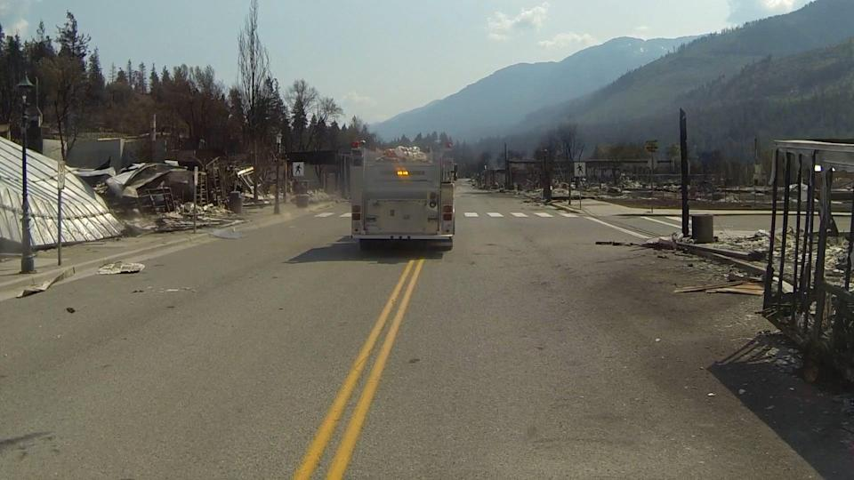 A bus tours Lytton with residents of the town that was devastated by fire. (Ashleigh Stewart)
