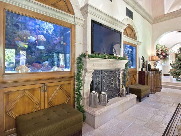 Is that a TV between two aquariums, or are the aquariums also TVs? Note the Christmas tree, no doubt painstakingly decorated by Bonds himself.