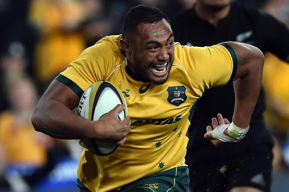 Australia's Sekope Kepu runs in a successful try against the New Zealand All Blacks during the Bledisloe Cup Test match as part of the Rugby Championship in Sydney on August 8, 2015 (AFP Photo/Saeed Khan)