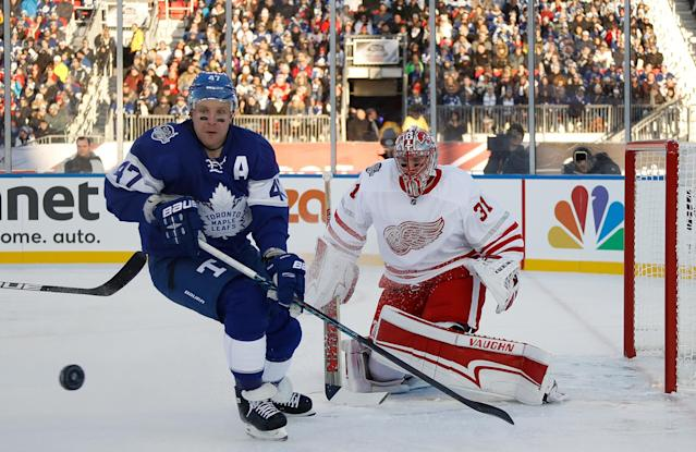 <p>The Leafs' Leo Komarov and Wings goalie Jared Coreau. (Getty) </p>