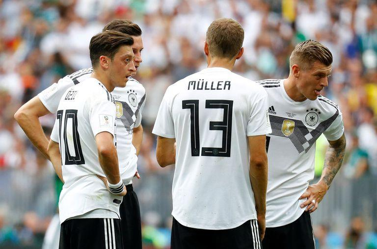 Soccer Football - World Cup - Group F - Germany vs Mexico - Luzhniki Stadium, Moscow, Russia - June 17, 2018 Germanys Mesut Ozil, Julian Draxler, Thomas Muller and Toni Kroos look dejected after Mexicos Hirving Lozano (not pictured) scored their first goal