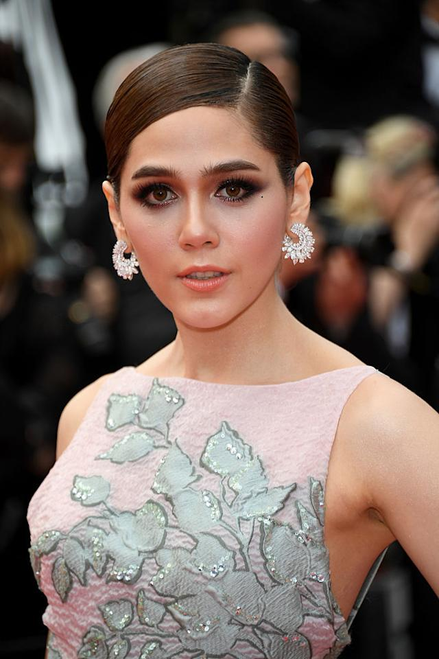 <p>This trend, that was also spotted on Day 1 of the festival, is here once again with Araya Hargate and Ola Al Fares doing up their eyes with liberal amounts of graphite grey and black shadows.</p>