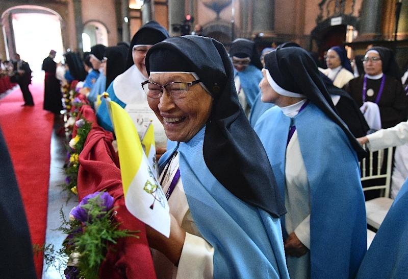 Nuns await for the arrival of Pope Francis inside the Senor de los Milagros Sanctuary, in Lima on January 21, 2018, before the pontiff held mass with a million faithful at the end of his tour to Peru and Chile (AFP Photo/Vincenzo PINTO)