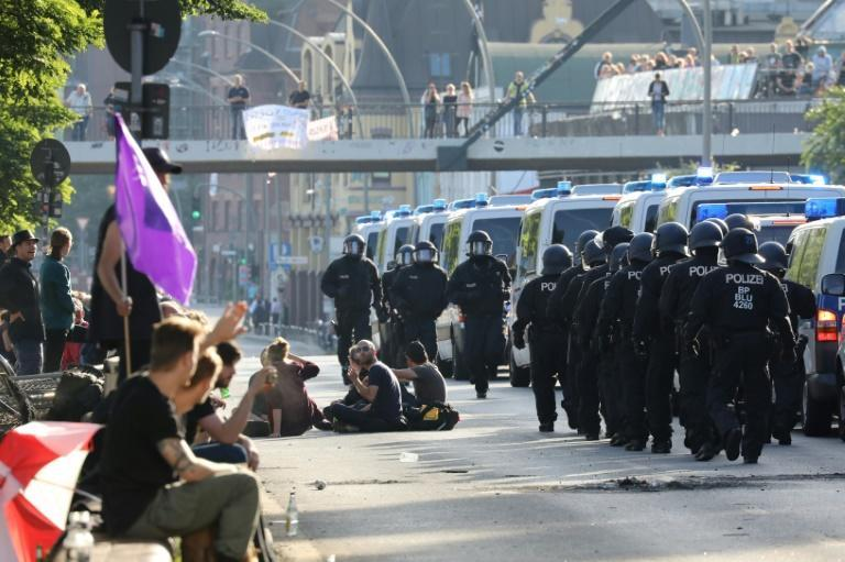"""The German police officers' union has accused radical protesters of """"hijacking"""" mainly peaceful demonstrations against the G20 meeting"""