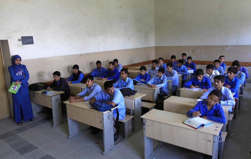 Afghan students listen to their teacher during a class at Habibia High School in Kabul June 5, 2012. Arson and poison attacks on schools across Afghanistan, mostly against those teaching girls, have forced students to defend themselves, an extra-curricular activity imposed by the government which blames the Taliban for the violence. Picture taken June 5, 2012. To match Feature AFGHANISTAN-SCHOOLS/       REUTERS/Mohammad Ismail (AFGHANISTAN - Tags: EDUCATION CIVIL UNREST)
