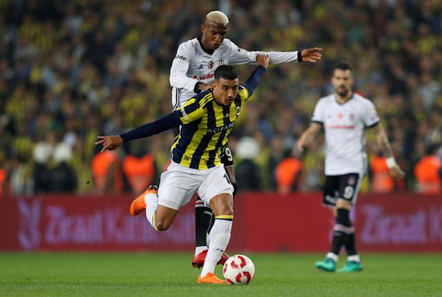 Soccer Football - Turkish Cup - Semi Final - Fenerbahce vs Besiktas - Sukru Saracoglu Stadium, Istanbul, Turkey - April 19, 2018 Fenerbahce's Nabil Dirar in action with Besiktas' Anderson Talisca REUTERS/Murad Sezer