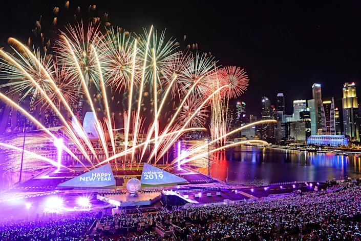 Fireworks explode as Singapore ushers in the New Year at Marina Bay. (Photo: Suhaimi Abdullah/Getty Images)