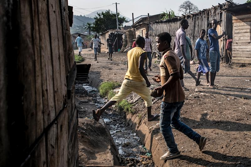 Demonstrators in the Musaga district of Bujumbura throw stones during sustained automatic fire allegedly by police on June 24, 2015 (AFP Photo/Marco Longari)