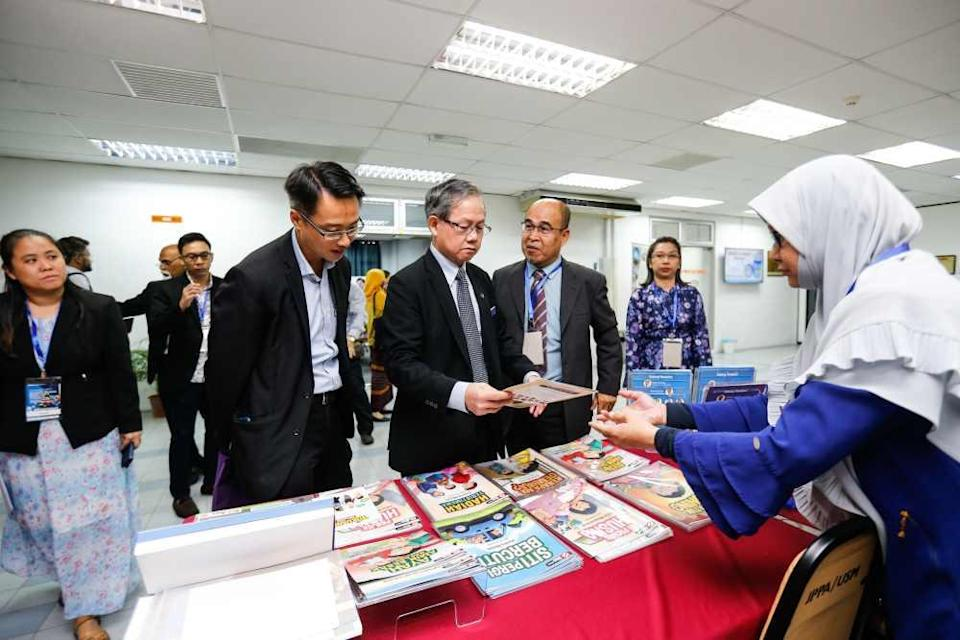 Deputy Health Minister Dr Lee Boon Chye visits a booth after officiating the Antimicrobial Conference and Workshop at Universiti Sains Malaysia, Penang December 20, 2019. ― Picture by Sayuti Zainudin