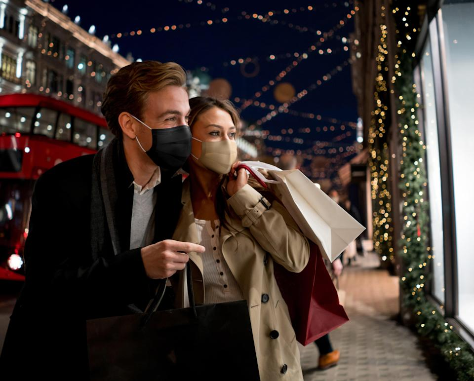 """<h1 class=""""title"""">Couple Christmas shopping wearing a facemask in London</h1><cite class=""""credit"""">andresr</cite>"""