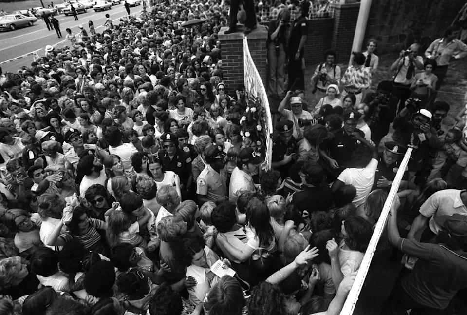 <p>When the news of Elvis's death hit, thousands of grieving fans traveled to Graceland and swarmed his famous music note gates. </p>