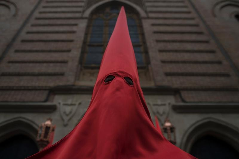 Penitents must keep their hood on outside church (AFP Photo/JORGE GUERRERO)