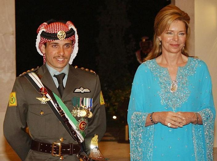 ** File ** Photographs of Prince Hamza of Jordan (left) and Queen Noor (right) of Jordan at a wedding ceremony in Amman, Jordan, on May 27, 2004. King Abdullah II of Jordan revealed his half-brother and heirs as Crown Prince on Sunday, November 28, 2004, at another major succession switch to the Hashimite dynasty that ruled Jordan. I stripped it. Abdullah II nominated Crown Prince Hamza hours after his father, King Hussein, died of cancer on February 7, 1999.  (AP photo / Hussein Mara)