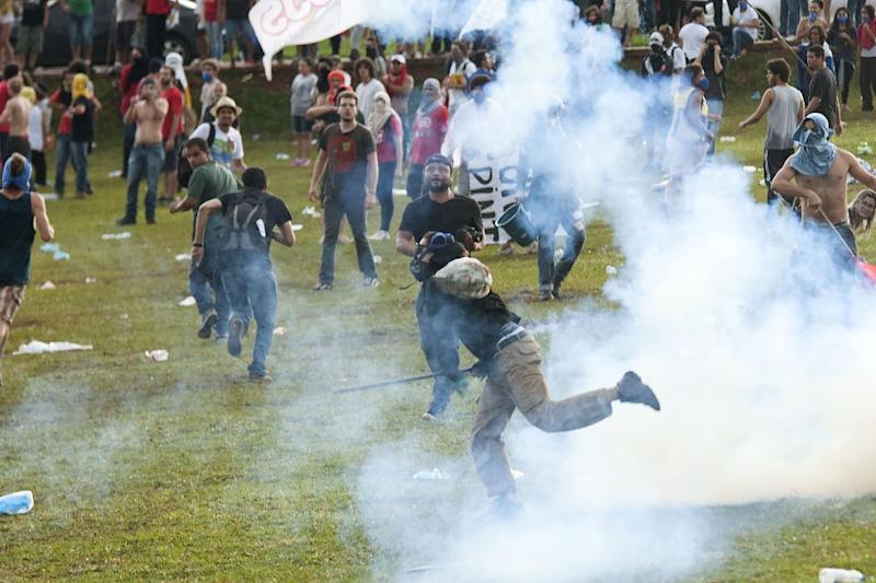 Students clash with police during a protest in front of the Congress November 29, 2016 in Brasilia against the bill that freezes government spending for 20 years (AFP Photo/ANDRESSA ANHOLETE)
