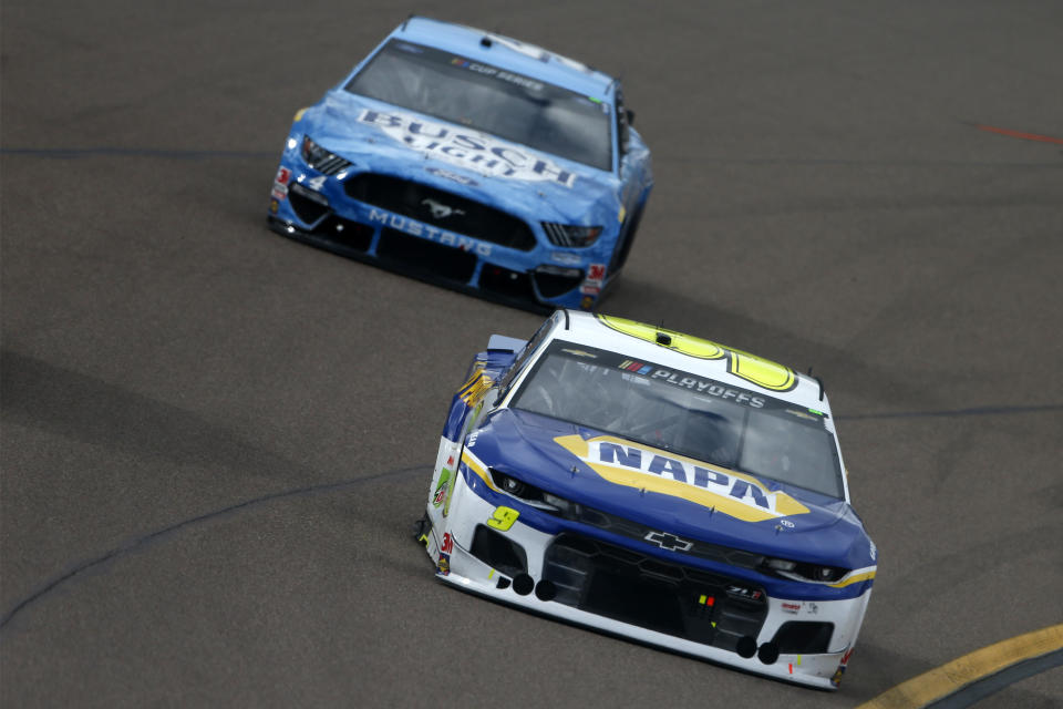 AVONDALE, ARIZONA - NOVEMBER 08: Chase Elliott, driver of the #9 NAPA Auto Parts Chevrolet, and Kevin Harvick, driver of the #4 Busch Light Ford, race during the NASCAR Cup Series Season Finale 500 at Phoenix Raceway on November 08, 2020 in Avondale, Arizona. (Photo by Brian Lawdermilk/Getty Images)