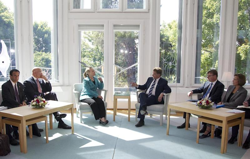 U.S. Secretary of State Hillary Rodham Clinton, centre left, meets with President of Finland Sauli Niinistö, centre right, Wednesday, June 27, 2012, at the Mantyniemi Presidential Residence in Helsinki, Finland. (AP Photo/Haraz N. Ghanbari, Pool)