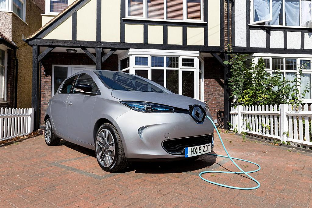 <p>3° <strong>Renault ZOE </strong>(41 kWh): 380 km con un pieno da 16,40 euro. Costo al km 0.043 €. Più le batterie sono piccole, minore è l'autonomia. (Photo by Miles Willis/Getty Images for Go Ultra Low) </p>